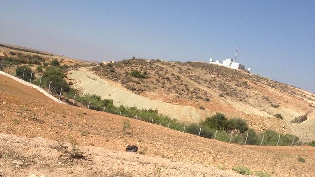 Marruecos levanta una valla con Argelia