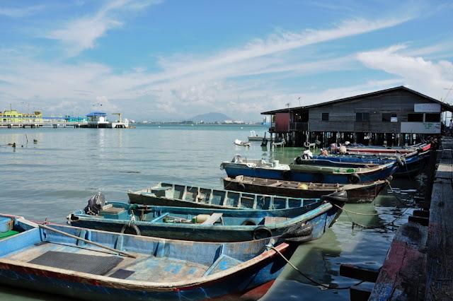 木桥尾端停泊的渔船