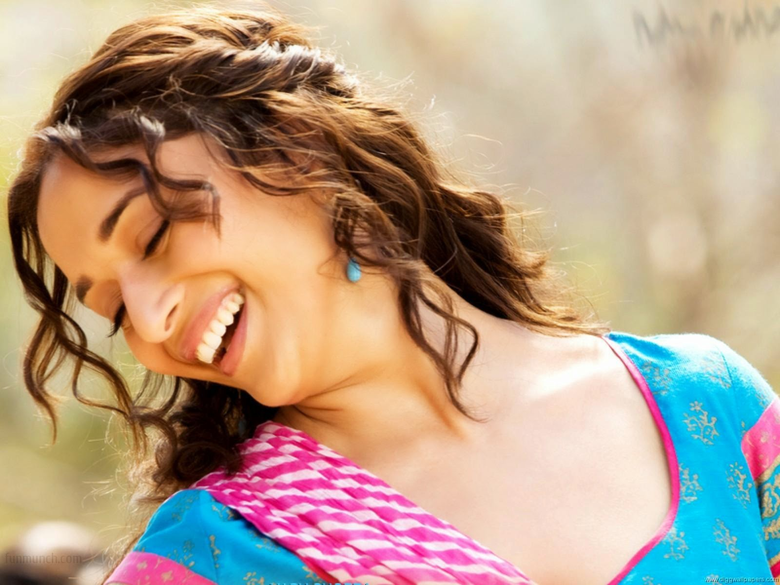 Wallpaper download hot - Madhuri Dixit Hot Smile Hd Wallpapers Free Download