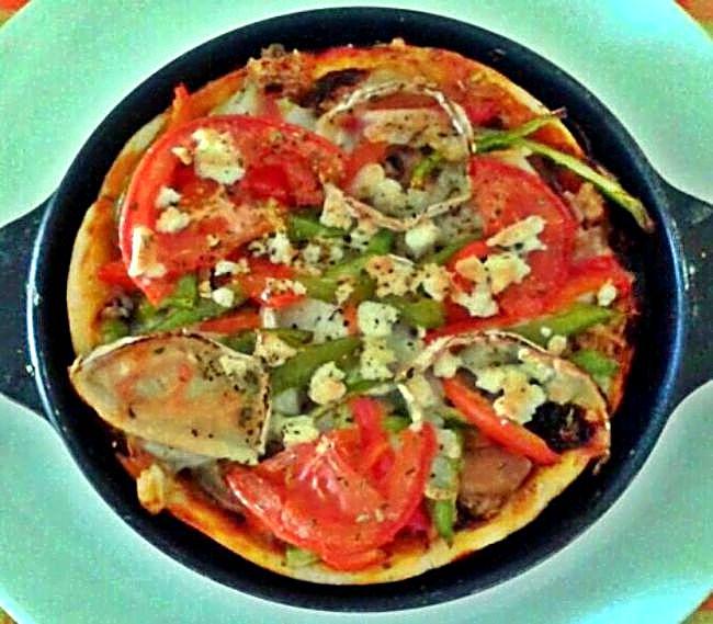 Pizza con cebolla caramelizada y mas