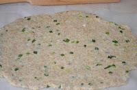 печенье с отрубями и луком: раскатать пласт теста