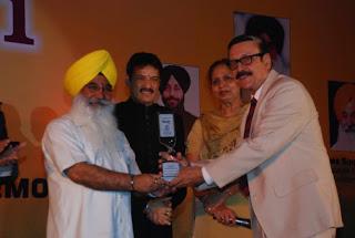 S Sewa Singh  Sekhnwan awarding Parikshat Sahani