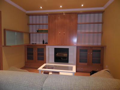 Diseño de mueble del salón con barra y pasaplatos