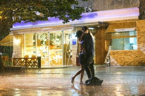 Đôi tình nhân hôn nhau trong mưa