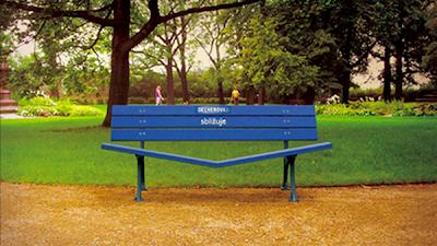 Рекламная скамейка марки Becherovka - будьте ближе друг к другу
