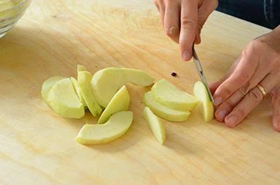 Crostata di mele: tagliare ogni quarto di mela in 4-5 fette