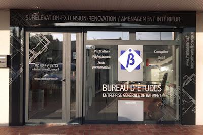 Habillage d'une façade, avec tôle et panneau publicitaire, inscription par adhésif, Inter Bâtiments, Nantes Manoir Saint Lô.
