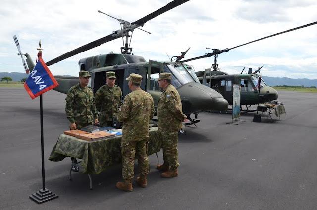 Oficiales del Ejército argentino visitaron los hangares de la Aviación del Ejército en Tolemaida