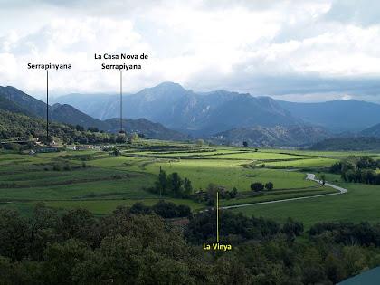 Les masies de La Vinya i Serrapinyana des del dipòsit de l'Hostal del Gran Nom