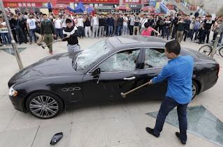 INSOLITE. Un Chinois détruit sa Maserati en public