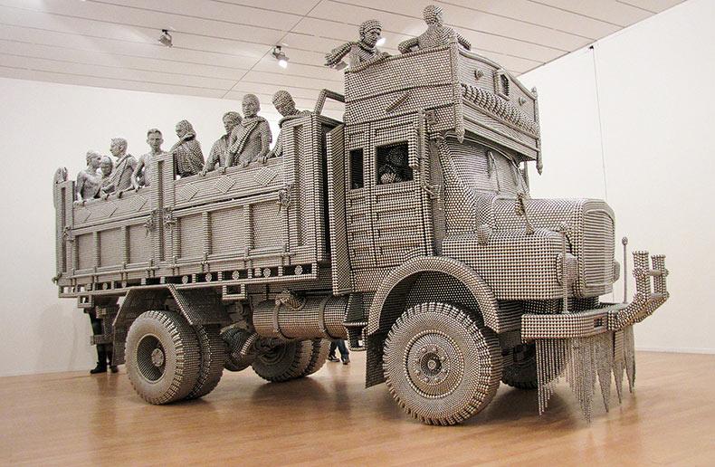 Escultura  de tamaño natural a partir de discos de acero por Valay Shende