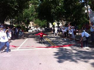 Niente barriere l 39 impresa di ryan km su una sedia for Vecchio in sedia a rotelle