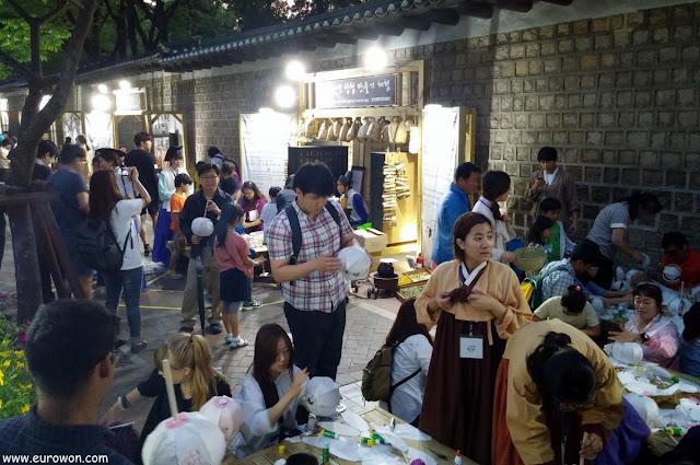Manualidades coreanas en un festival nocturno en Seúl