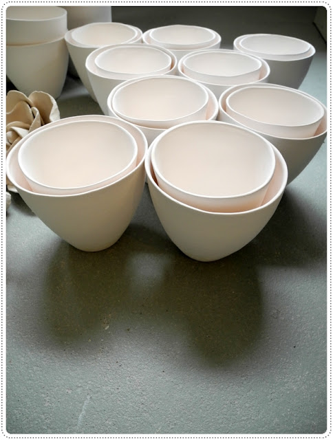 Met mallen gemaakte porseleinen organische gevormde kopjes in twee maten.