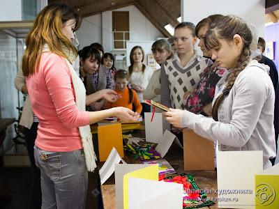 Ольга Бударина рассказывает детям, как делать новогодние открытки