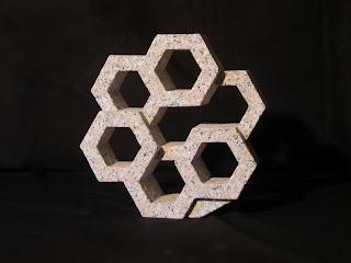 万成石の抽象彫刻