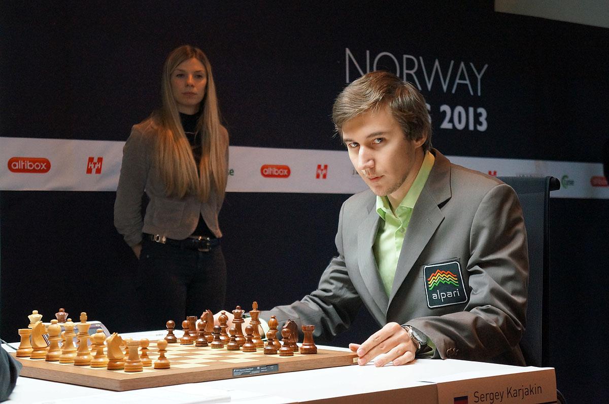 Échecs en Norvège : Sergey Karjakin avec, au second plan Anémone Kulczak l'arbitre principal du tournoi - Photo © site officiel