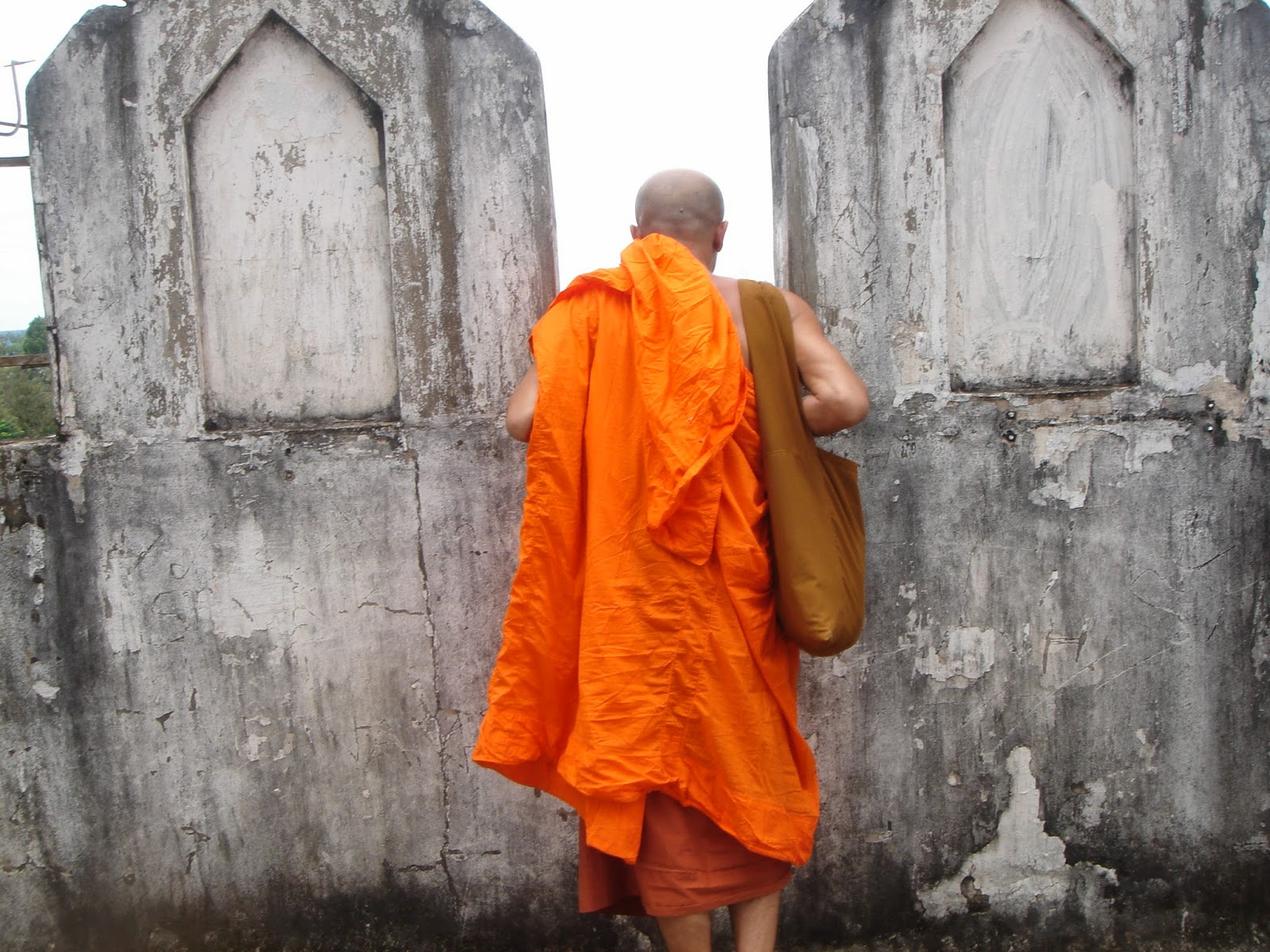 Patuxai-Gate-laos-vientiene-view-monk