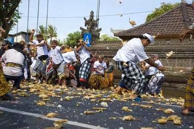 tempat ibadah umat hindu, kerukunan umat beragama, wisata religi di lombok, perpaduan umat hindu dan islam, tempat wisat di lombok, perang ketupat