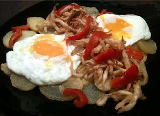 Huevos rotos con chanquetes y pimientos