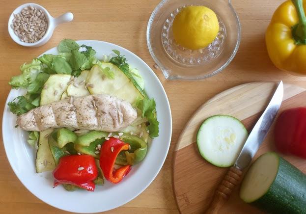 Sałatka z pieczonym kurczakiem i warzywami