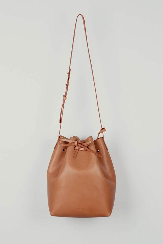 La chica del bolso rosa elige
