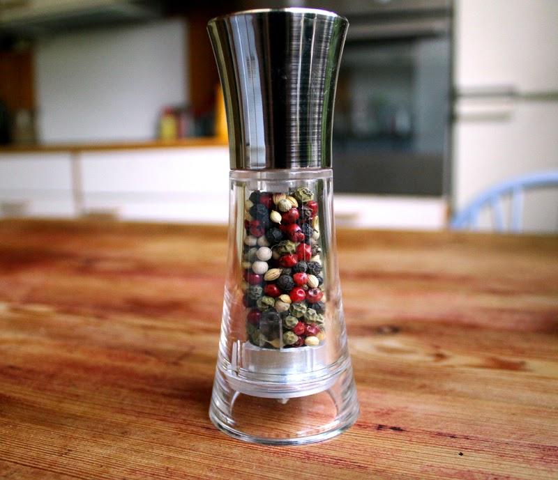 Oppskrift Hjemmelaget Peppermiks Krydderblanding Kryddermiks Sort Rød Rosepepper Grønn Hvit Pepper Korianderfrø Einebær