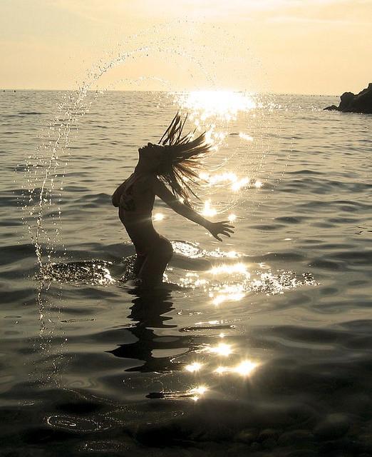refrescante baño en el mar
