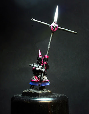 Warlock purple sobre el faldón del Portaestandarte de los Elfos Oscuros