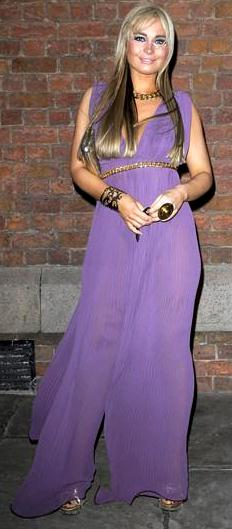 Amanda Harrington con bello vestido color lila