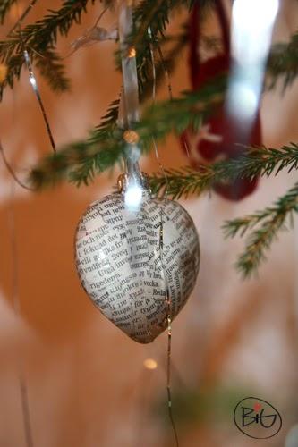 gamla julgranskulor får nytt utseende med tidningspapper