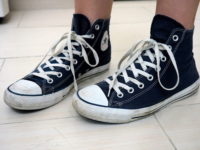 Cut Away - outfit details of dark blue high top Converse sneakers
