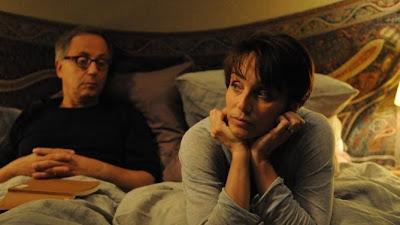 Escena de la película En la casa, donde vemos al profesor en la cama con su mujer