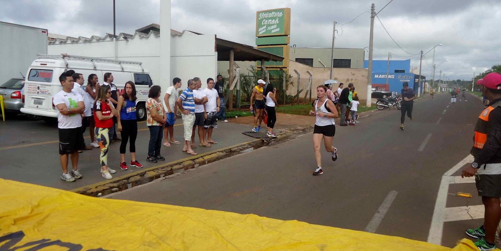 Foto 147 da 1ª Corrida Av. dos Coqueiros em Barretos-SP 14/04/2013 – Atletas cruzando a linha de chegada