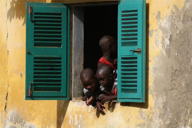 Niños mirando por la ventana, isla de St. Louis
