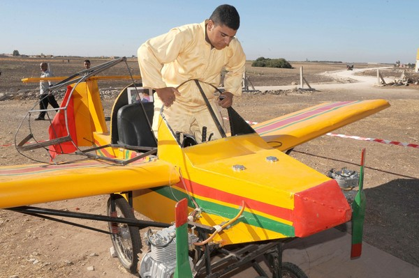 MOHAMED MAHMED menaiki sebuah pesawat buatan sendiri kelmarin di Berrechid dekat Casablanca, Maghribi.