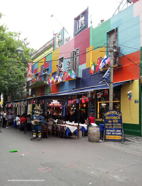 Casas de colores junto a Caminito en La Boca
