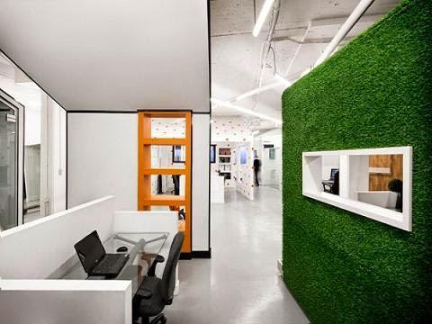 Cổng nhà xanh mát với cỏ nhân tạo