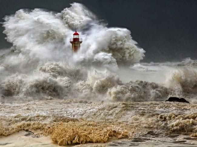 Огромный океанский шторм. Порту, Португалия, январь 2013. © Веселин Малинов