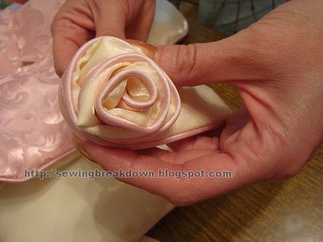 خطوات خياطة وسادة الوردة