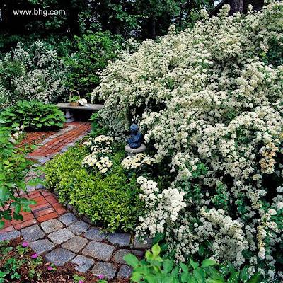 Vereda de jardín con ladrillos y bloques de granito