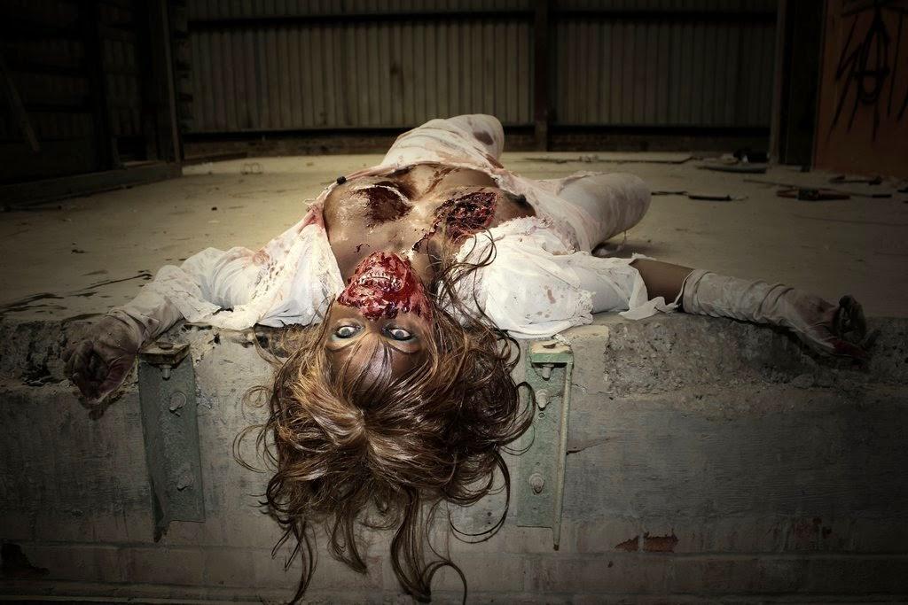 zombie feminin blouse ouverte allongée sur le dos