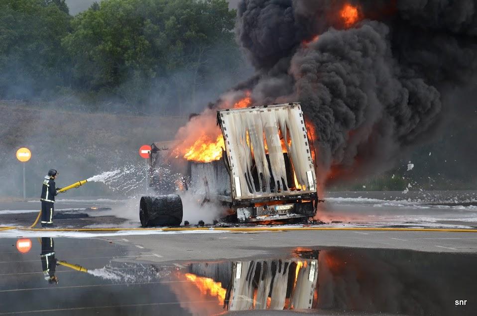 Bomberos de Béjar apagan un fuego en un camión