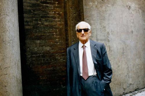 Enzo Ferrari người khai sinh ra Ferrari - Sinh ngày 18/2/1898, mất ngày 14/8/1988.