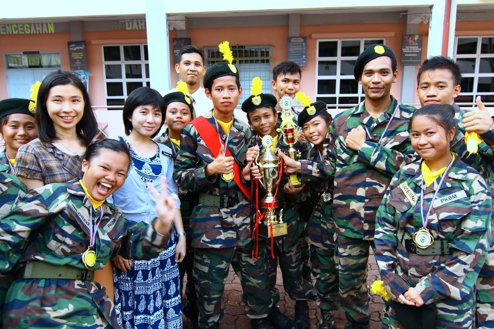 Pasukan PKBM bergambar kenangan dengan guru penyelaras