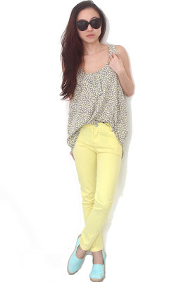 how to wear yellow jeans