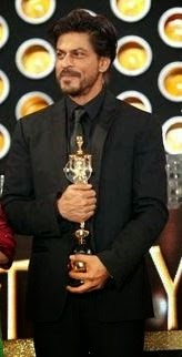 SHAHRUKH WITH AWARD_Myclipta