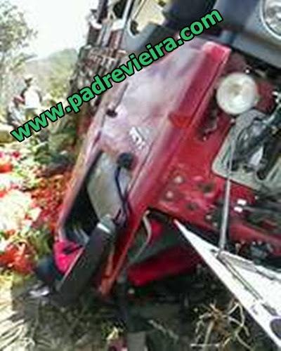 Caminhão carregado de verduras capota no sitio Cocalim