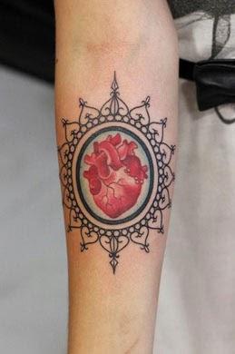 Tatuagem de coração no antebraço feminino