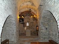L'interior de la nau de San Pere de Vallhonesta amb la volta recolzada sobre dos arcs formers adossats als murs de la nau